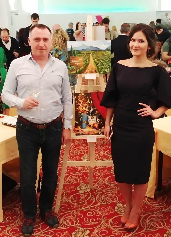 В разных уголках зала были расставлены мольберты с картинами молодой художницы Регины Рощиной